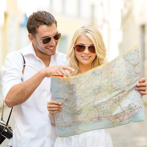 coppia-felice-viaggio-cartina-escursione1080